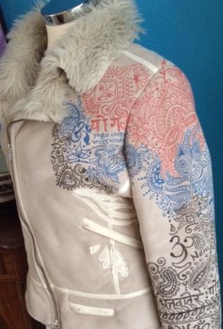 Handmatige decoraties op suede jas