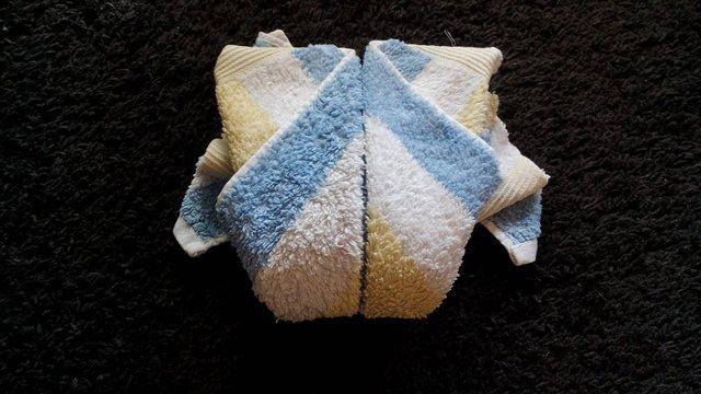 Handtuchfiguren falten Frosch für deine Zimmerdekoration. Origami mal mit Handtüchern. Falte niedliche Figuren, Tiere und andere Origami Motive aus deinen Badetücher oder Gästetücher. Servietten falten mit Handtüchern. Basteln mit Kindern