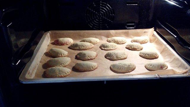 Backrezepte süße Teigtaschen mit Kirschfüllung backen ganz einfach und Schnell. Tolle Backideen Kuchen, Kekse zu Weihnachten, Geburtstag, Konfirmation, Ostern, Hochzeit, Muttertag, Vatertag oder einfach nur so. Backen und kochen für deine Party.