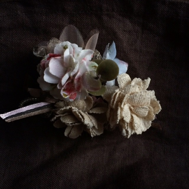 ①布花コサージュサンプルです