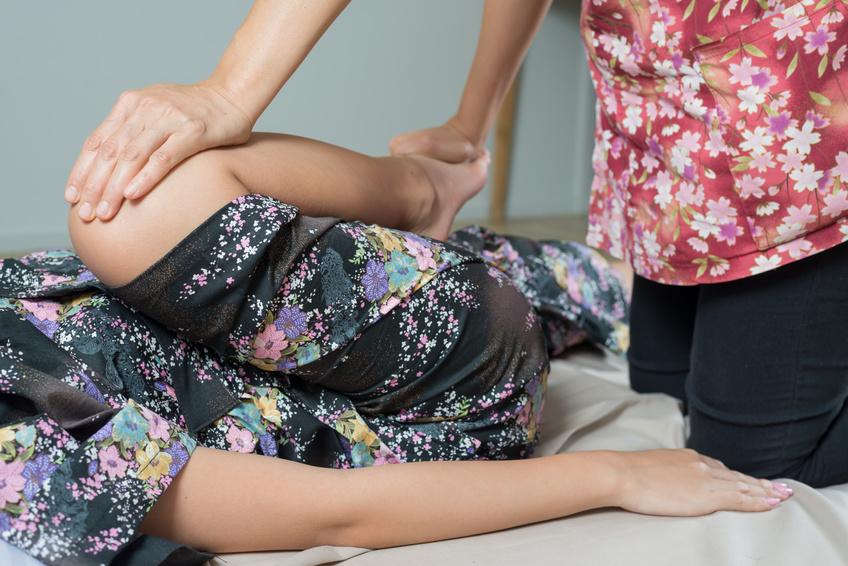 Traditionelle Thaimassage ist Dehnung, Meditation und Akupressur