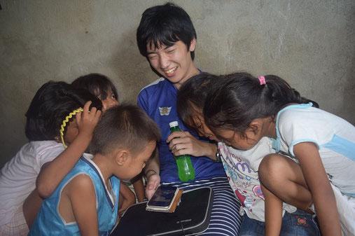 フィリピンの子どもたちと一緒に