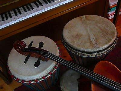 Klavier, Cello, Djembé, Trommel, Percussion, Instrumente