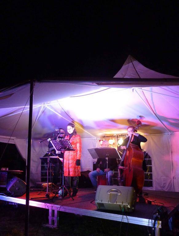 © Gertraud Sander. Dellconnect (Dellkonfekt) spielt, dellgrün, 31.08.2012, (von li.) Guntram Freytag, Charlotte Sander, Jens Berens und Edith Langgartner.