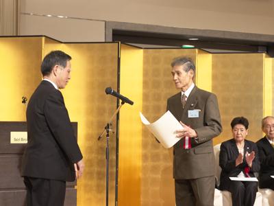 <永年勤続者表彰> 26名を代表して安齋昌弘先生が授与