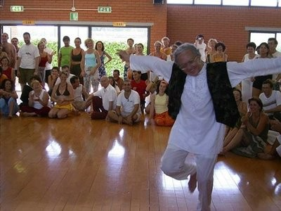 Rolando Toro Araneda montrant une danse de Biodanza. On le voit plein de joie, souriant et tonique. Ces danses apportent bien-être, détente  et joie de vivre. La Biodanza aide à évacuer le stress.