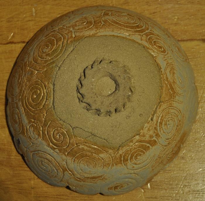 grès beige chamotté, colombins estampés dans un moule en plâtre.