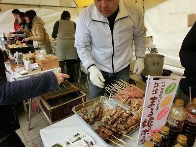 吉岡醤油:石州瓦を使って焼いた「ごぼう醤油フランク」や「52ホルモン鍋」などを販売しました。