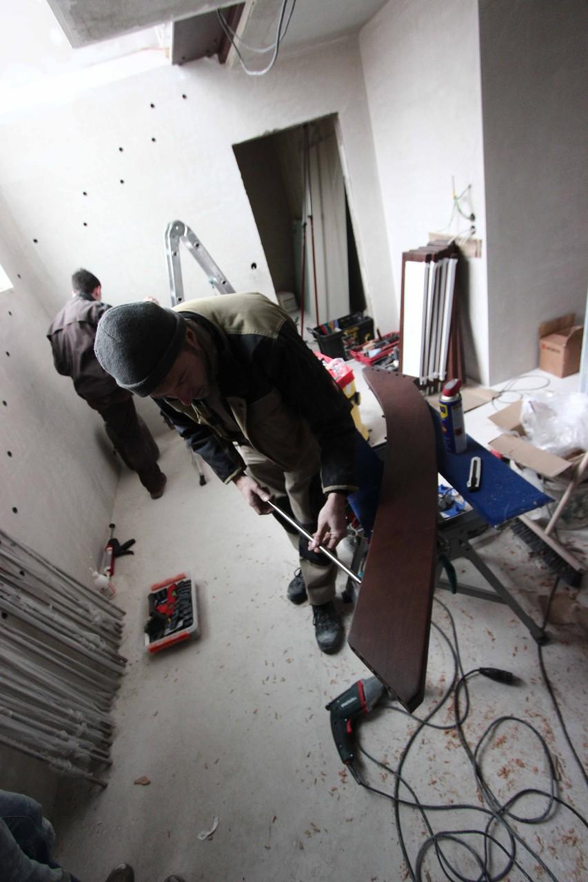 Geländerstäbe in Handlauf eindrehen
