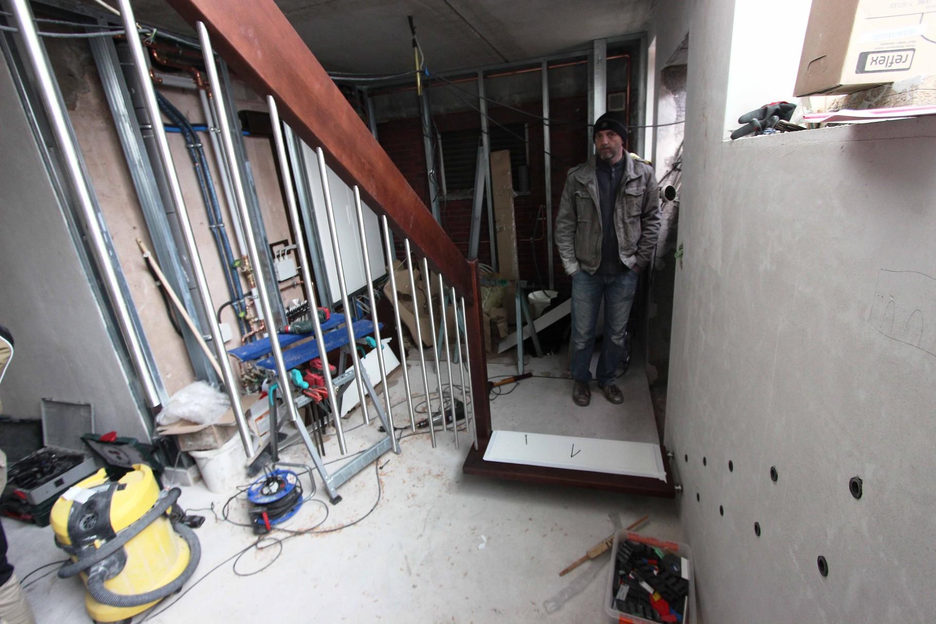 Bauherr freut sich über seine neue Treppe