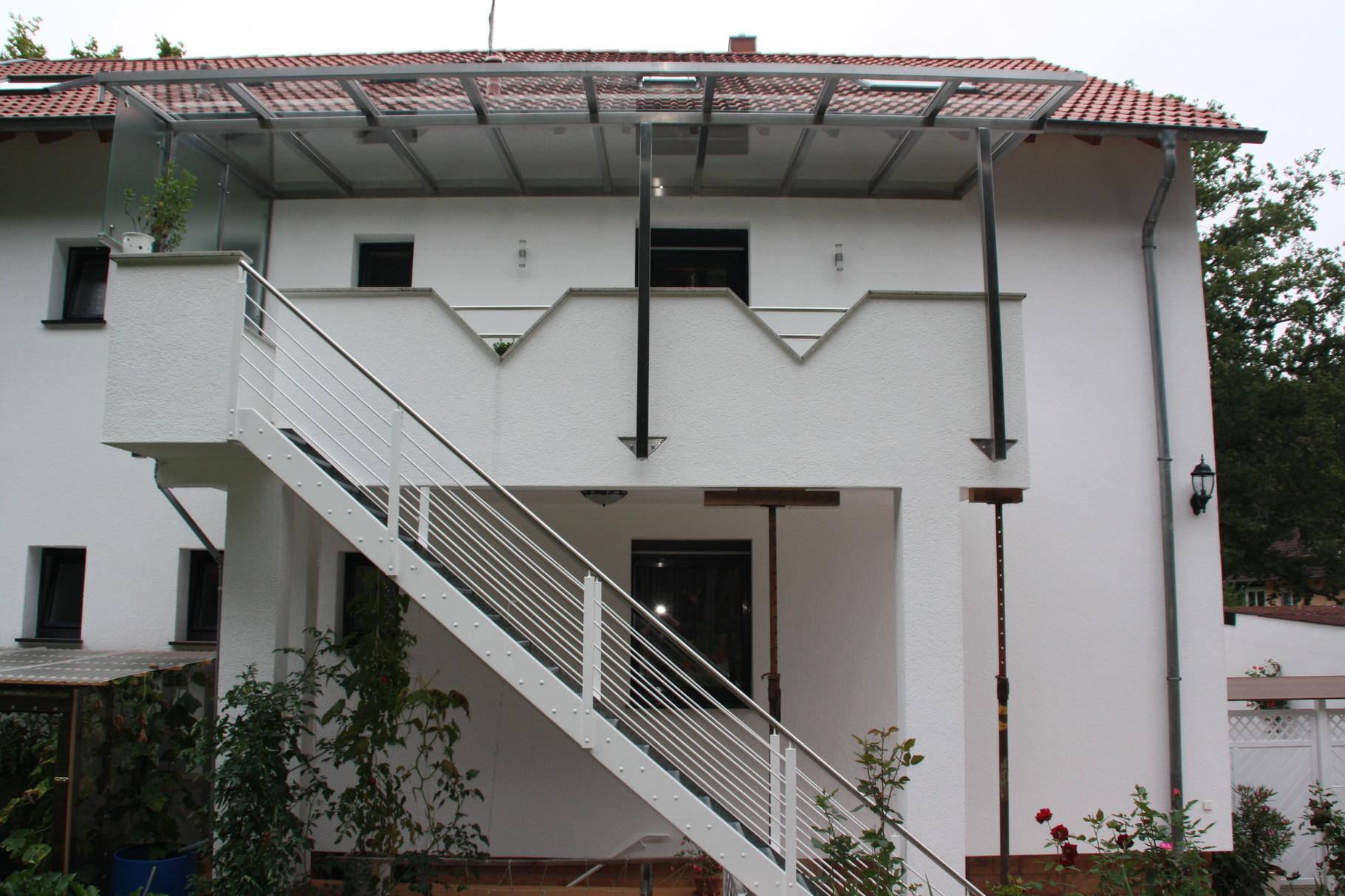 Außentreppe AT 100 mit weißen Stahlwangen