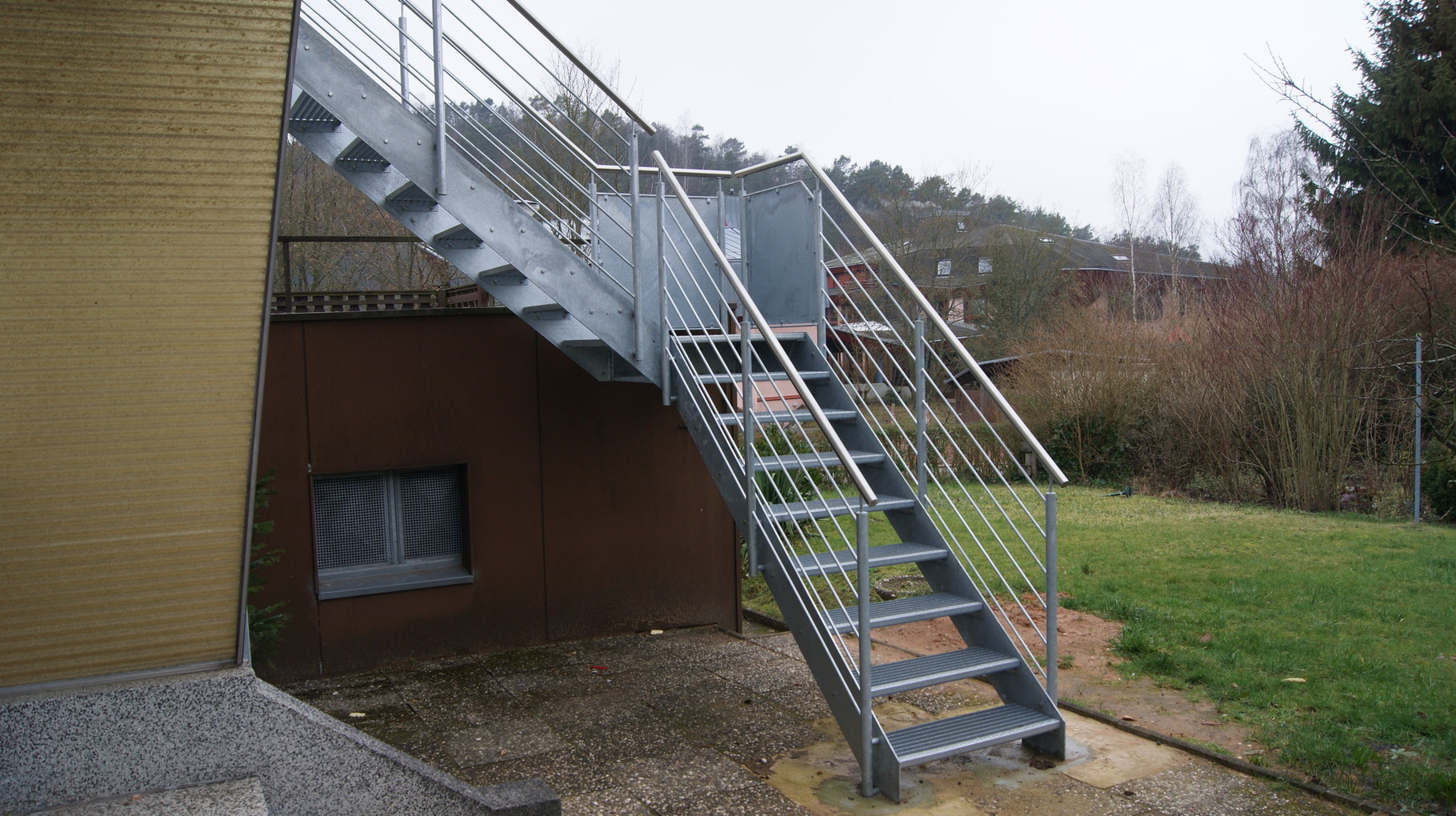 Außentreppe AT 130 mit liegendem Edelstahlgeländer