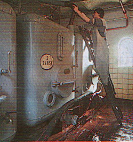 Mitarbeiter leitet Maische zum Vergären in Tank