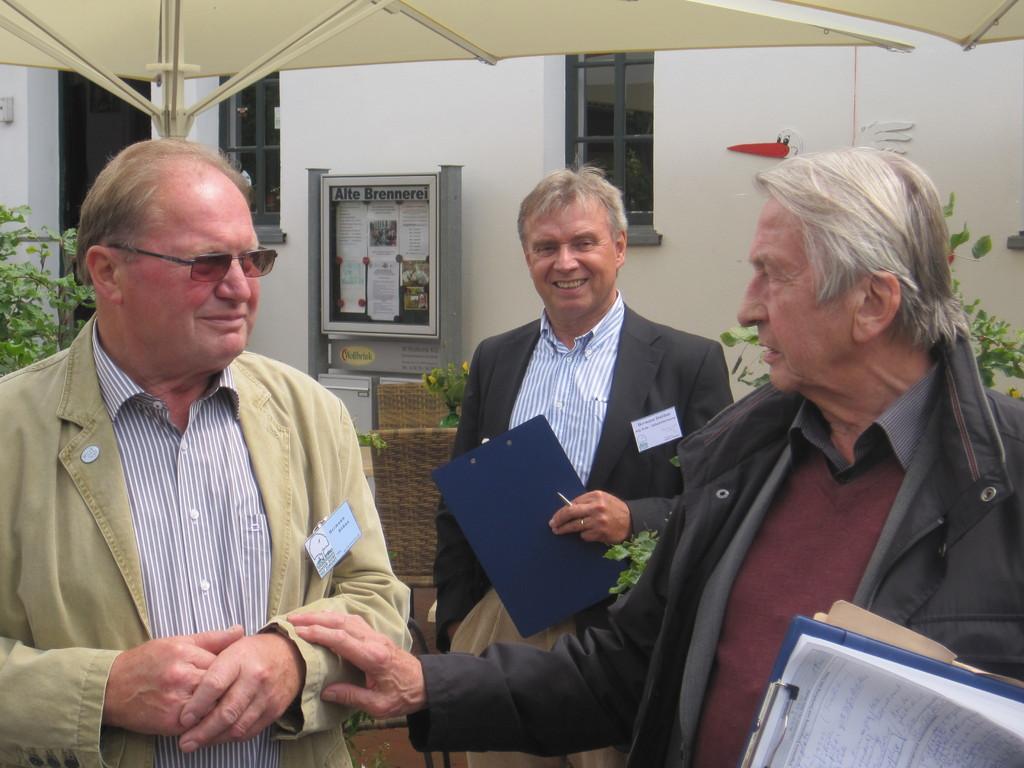 """Kreisheimatpfleger Dr. Franke dankt """"Vereinsmotor"""" Hermann Böhne"""