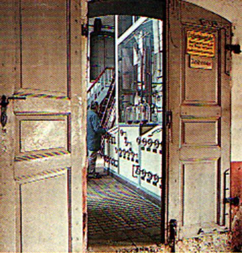 Blick durch die Tür - Brennmeister vor Feinbrennapparatur