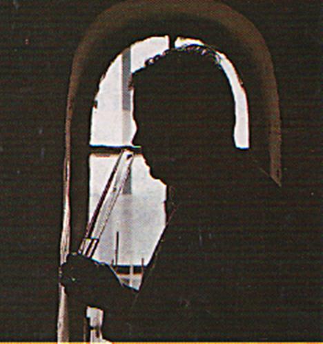 Brennmeister bei Geruchsprobe aus dem Reagenzglas