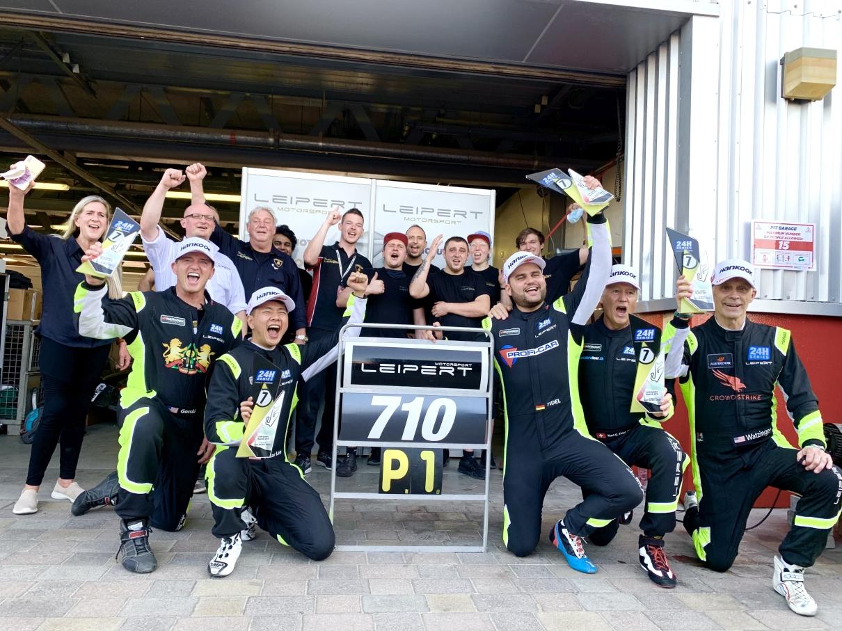 24H Series Dubai 2021: Leipert Motorsport startet mit spannungsgeladenem Klassensieg beim 24 Stunden Rennen in Dubai in die neue Saison