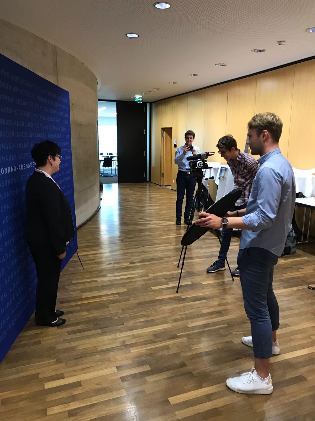 Im Anschluss haben wir auch mit Frau Dr. Schmidt eine kleine Videosequenz gedreht. Unser Medienspezialist Elias Müller hat alles im Griff gehabt.