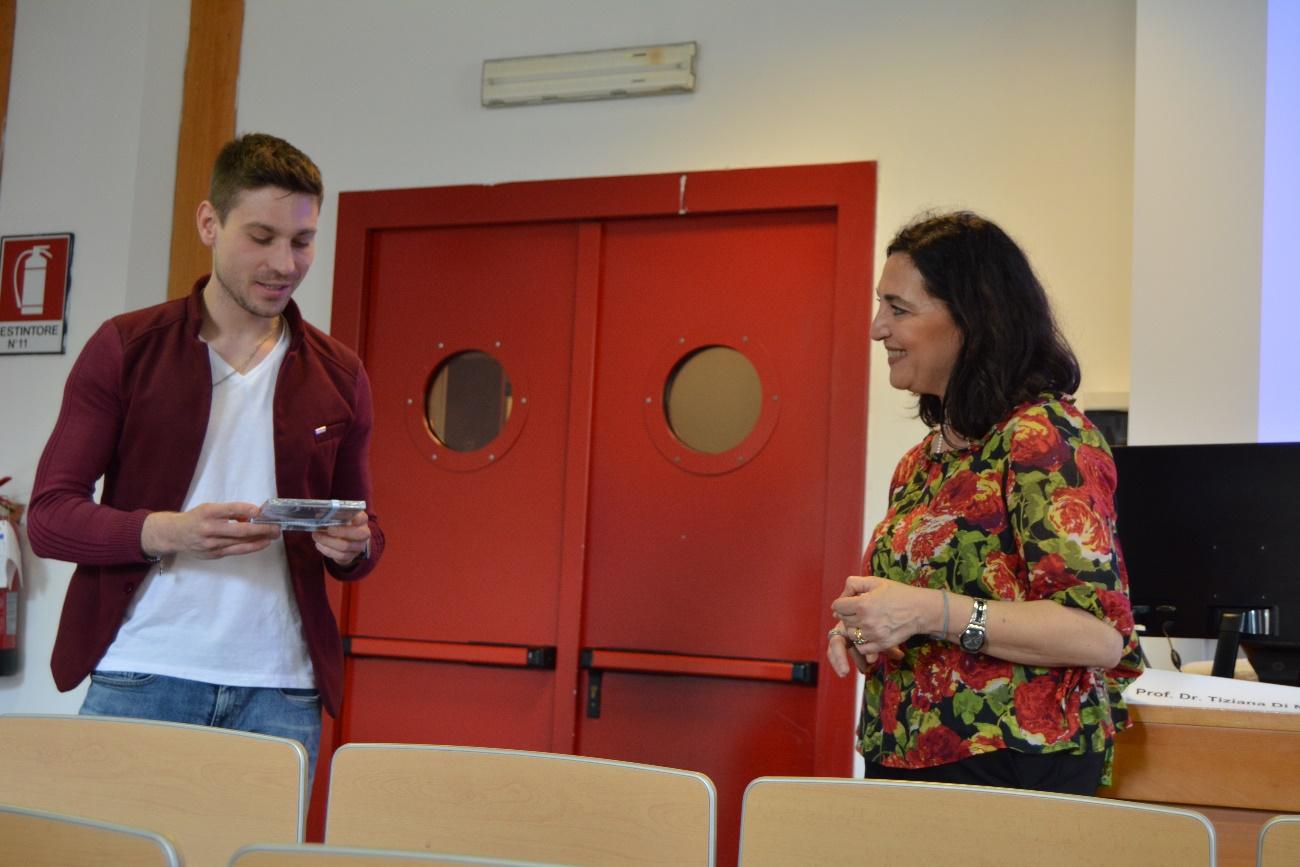 Kleines Dankeschön an die Referentin: Thomas Schaumberg überreicht eine CD der KAS Big Band an Tiziana di Maio (Foto: KAS-Stipendiaten)