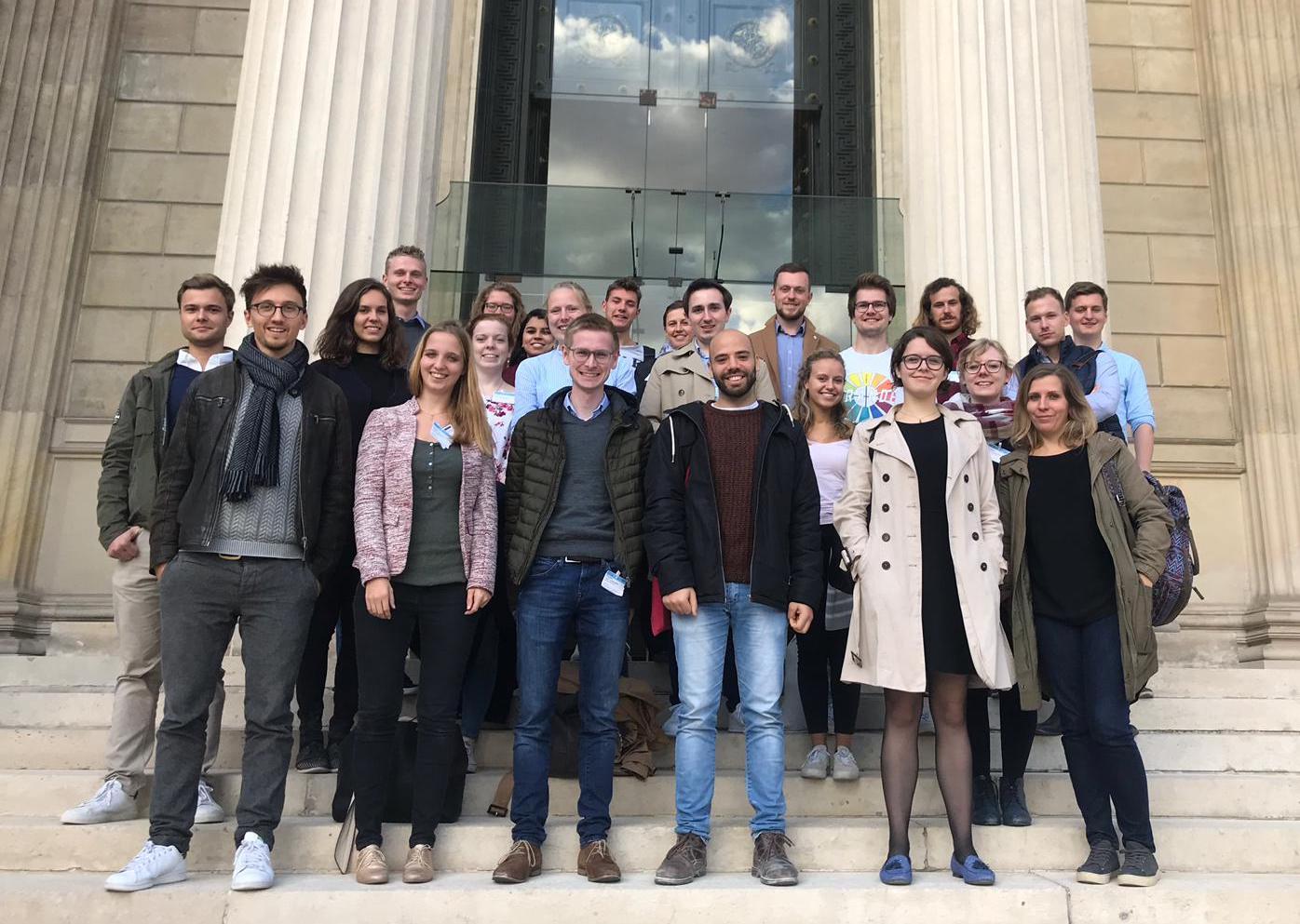 Gruppenfoto vor der Französischen Nationalversammlung.