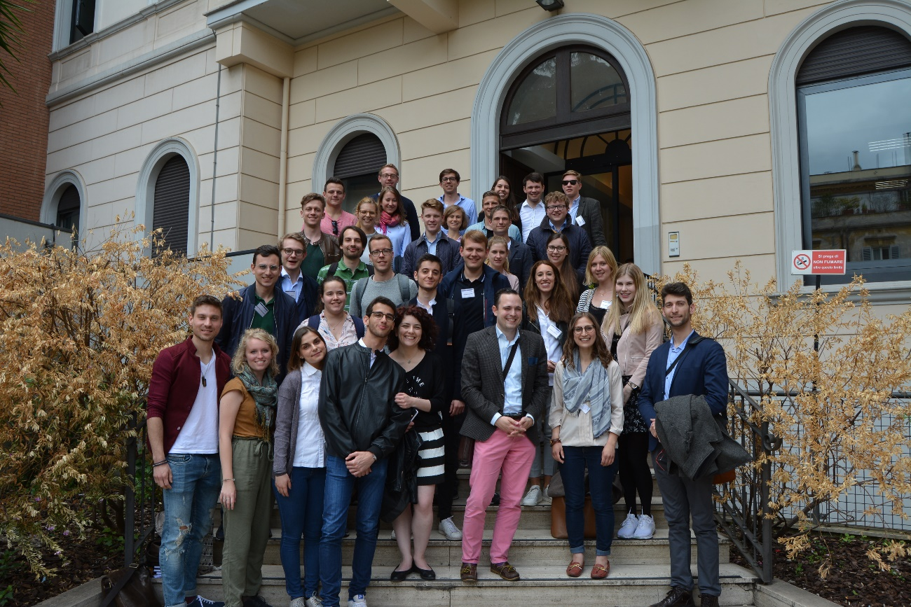 Gruppenfoto vor der LUMSA: Im Austausch zwischen den Studenten aus beiden Ländern sind viele neue Impulse entstanden (Foto: KAS-Stipendiaten)