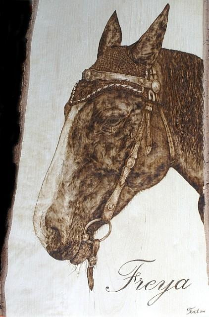 """Portrait """"Freya"""" in Brandmalerei, Birkenholz"""