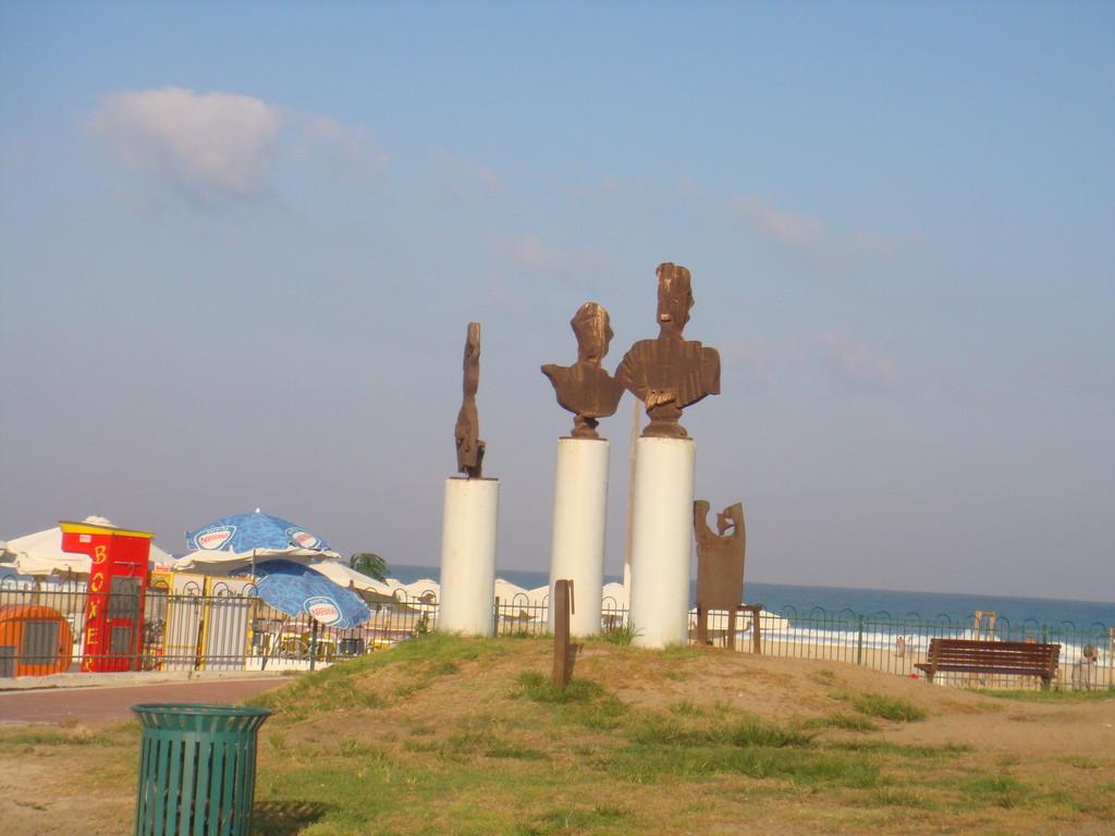 Entrée de la plage youd alef