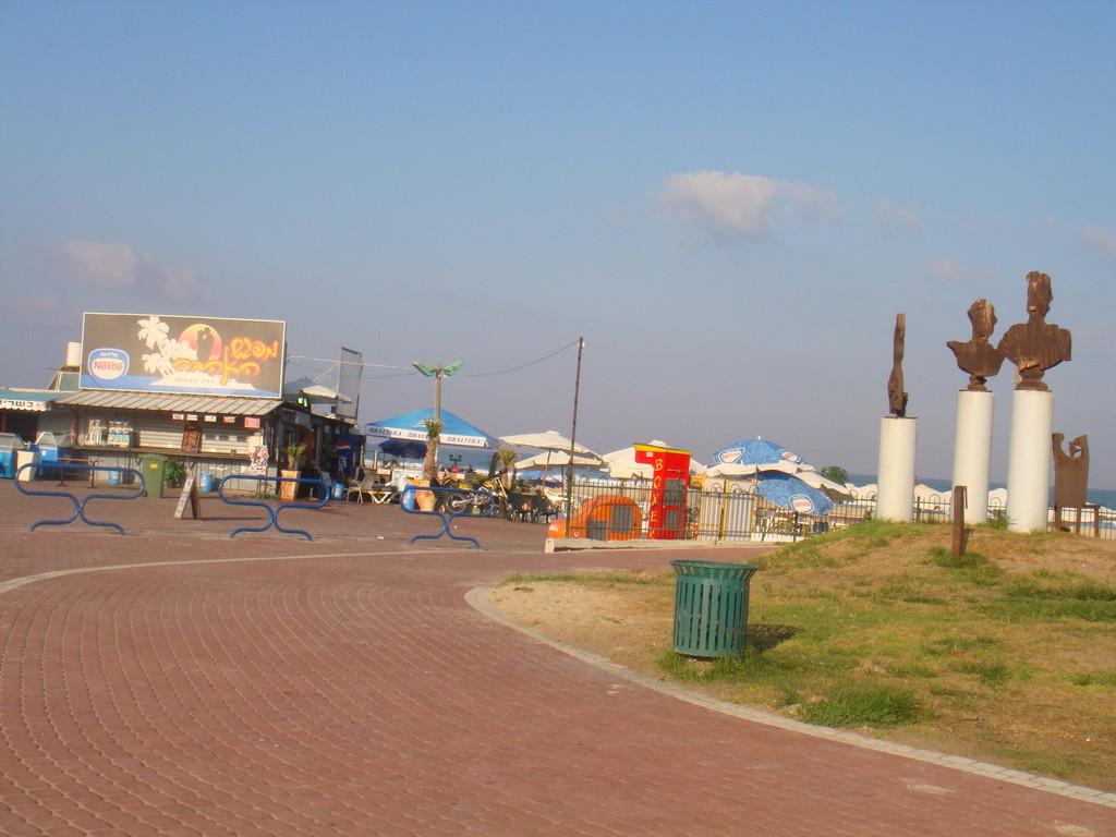 Entrée de la plage YA
