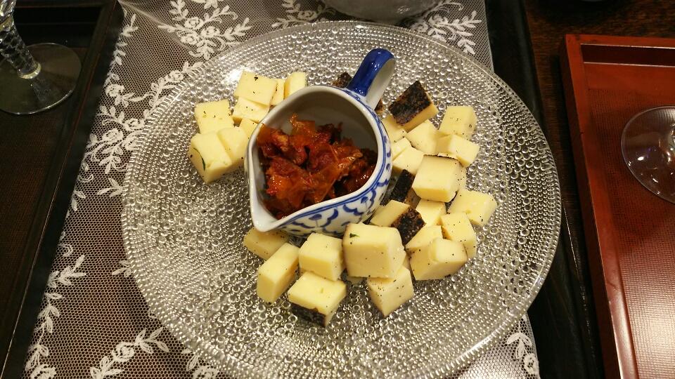 カプチーノ風味チーズ、自家製ドライトマトオイル漬け
