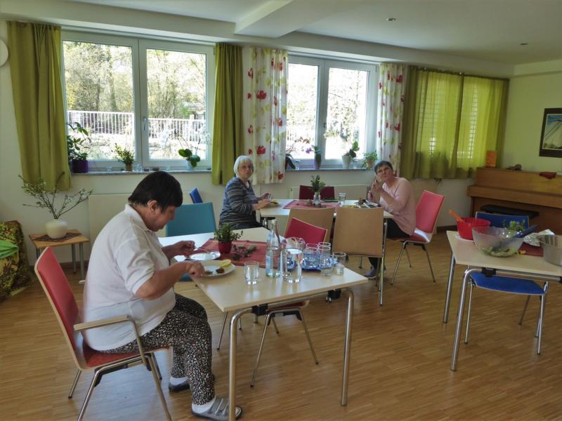 Karpfenessen zu Karfreitag - eine kleine Gruppe findet sich  im Gemeinschaftsraum im gebührenden Abstand zusammen