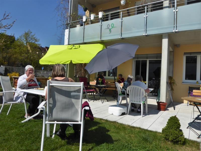 Karpfenessen zu Karfreitag - weitere HausbewohnerInnen im Garten - die gemeinsame Freude und das Lachen verbindet alle drinnen und draußen
