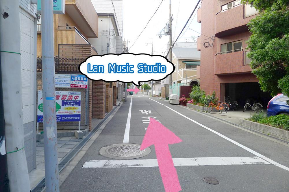 アクセス9:そのまま50m程直進。踏切の手前のブルーの建物が当スタジオです。