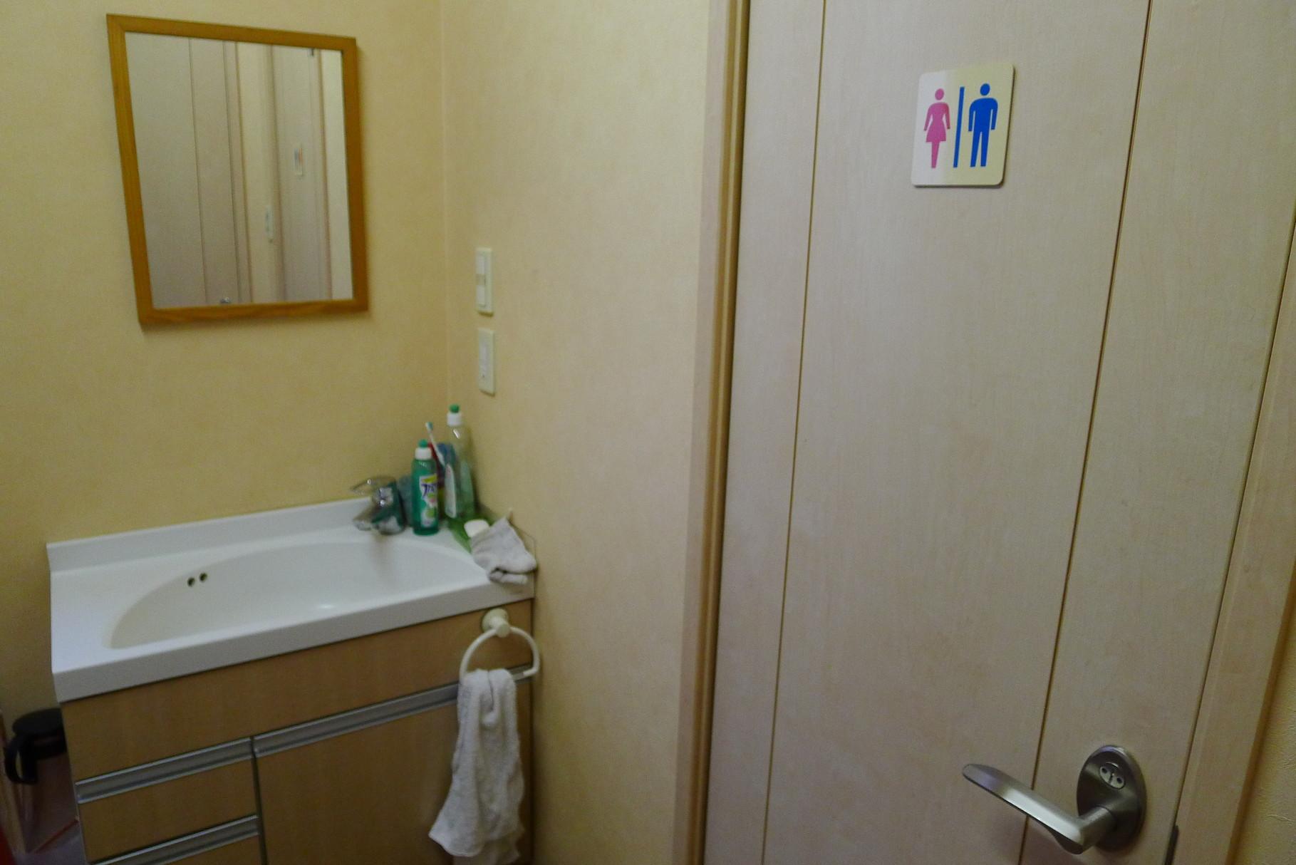 3階お手洗い前洗面スペース|身だしなみのチェックや女性のお化粧直しに便利です。