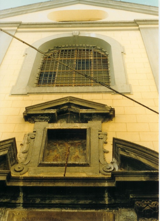 Veduta della nicchia soprastante il portale della chiesa storica
