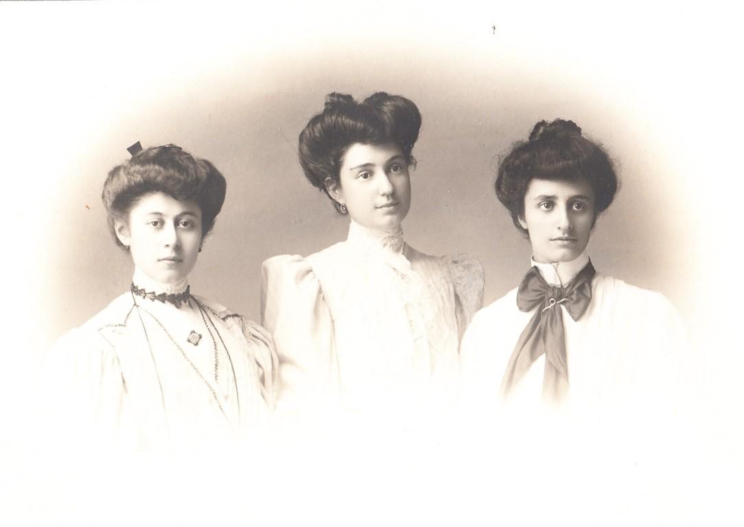 Le sorelle Sardi (ultime due a destra) con la cugina Martelli