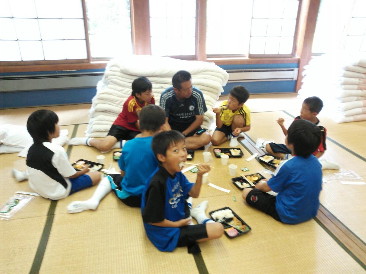 宿舎で昼食(4年、3年)