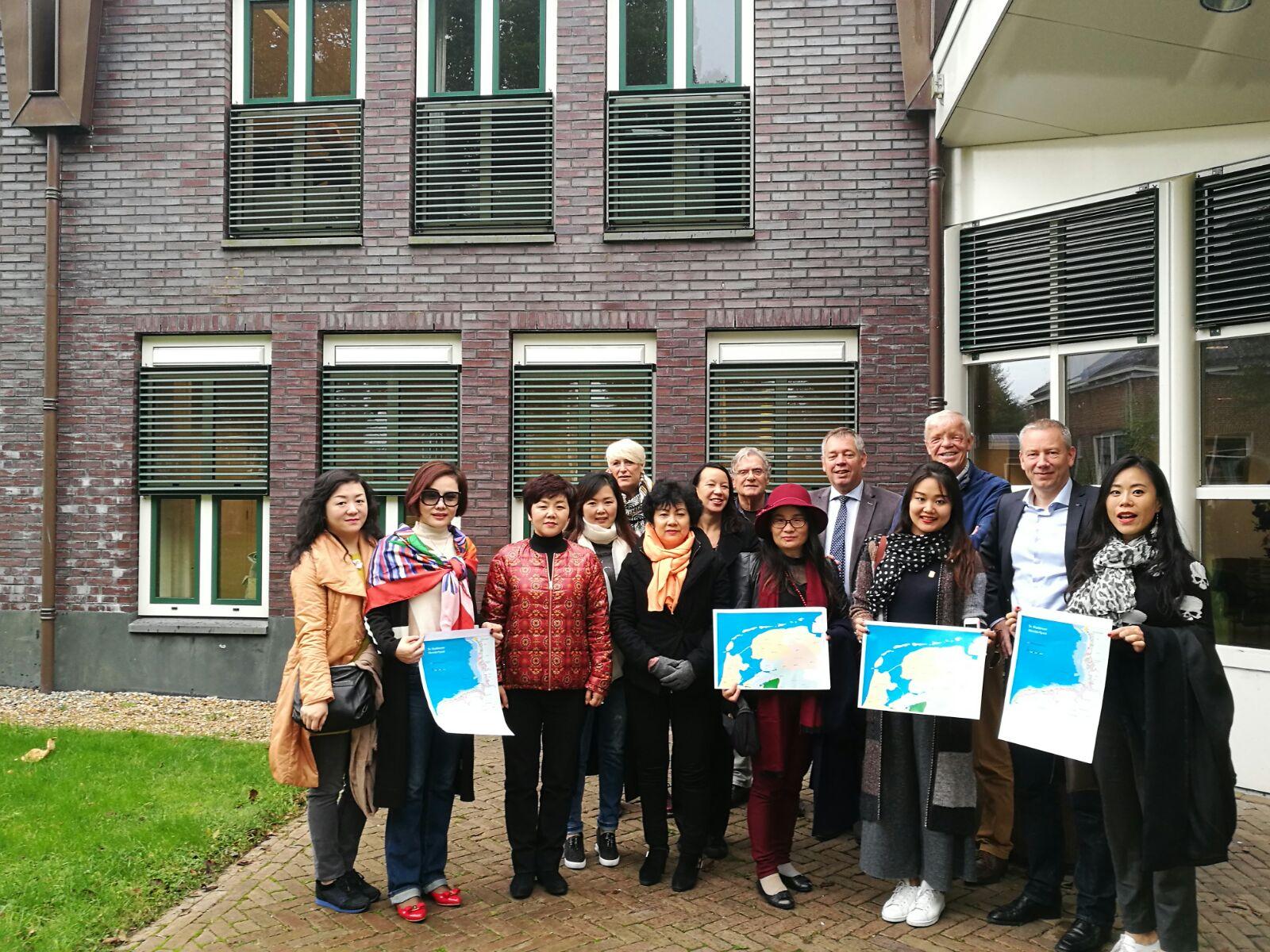 Groepsfoto bij het gemeentehuis op Schiermonnikoog