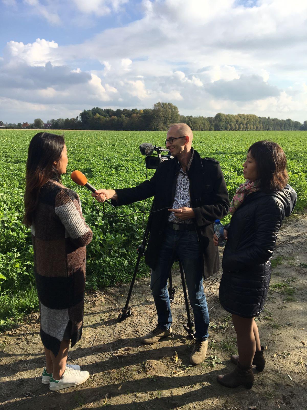 Een interview met RTV Noord bij de familie westers in Hornhuizen