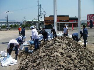 駐車場に溜まった土砂を除去