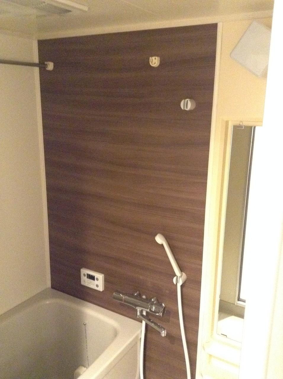 木目の壁で温かみあるお風呂です