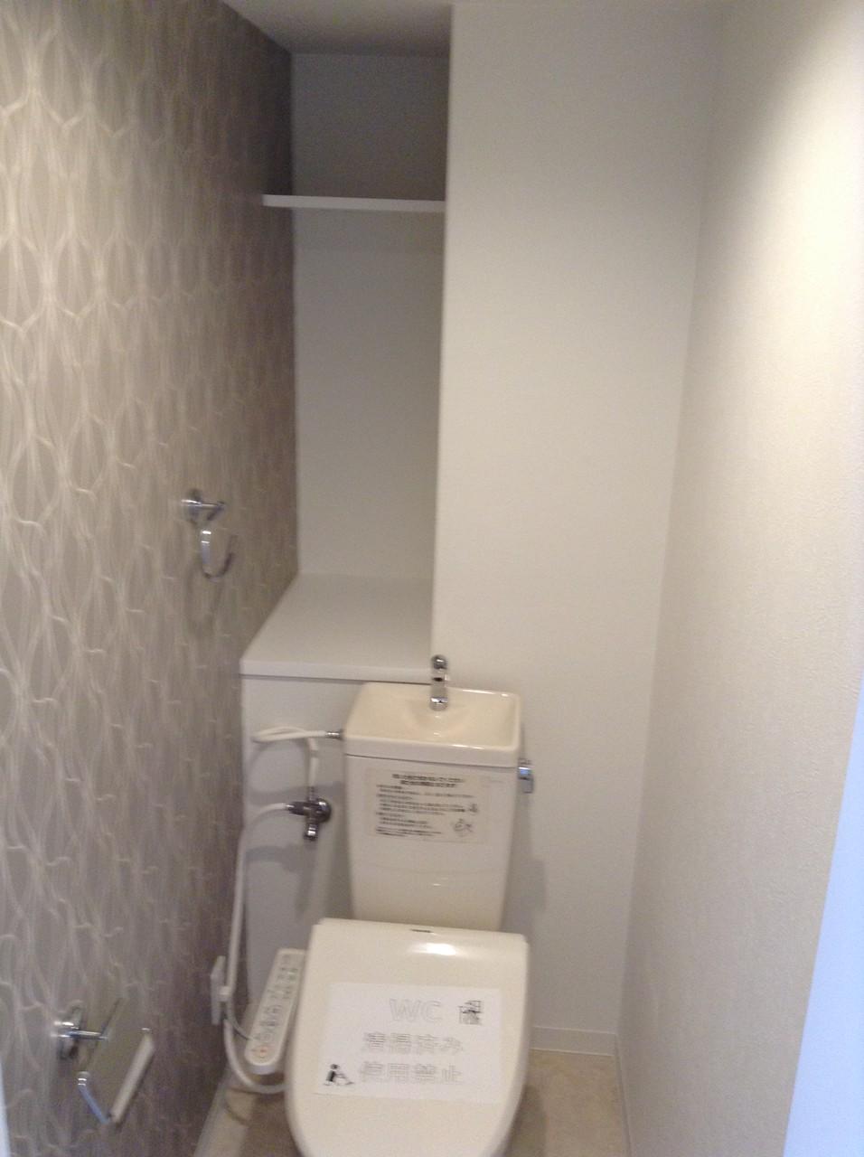 トイレもお洒落なアクセントクロスとシャワートイレ付
