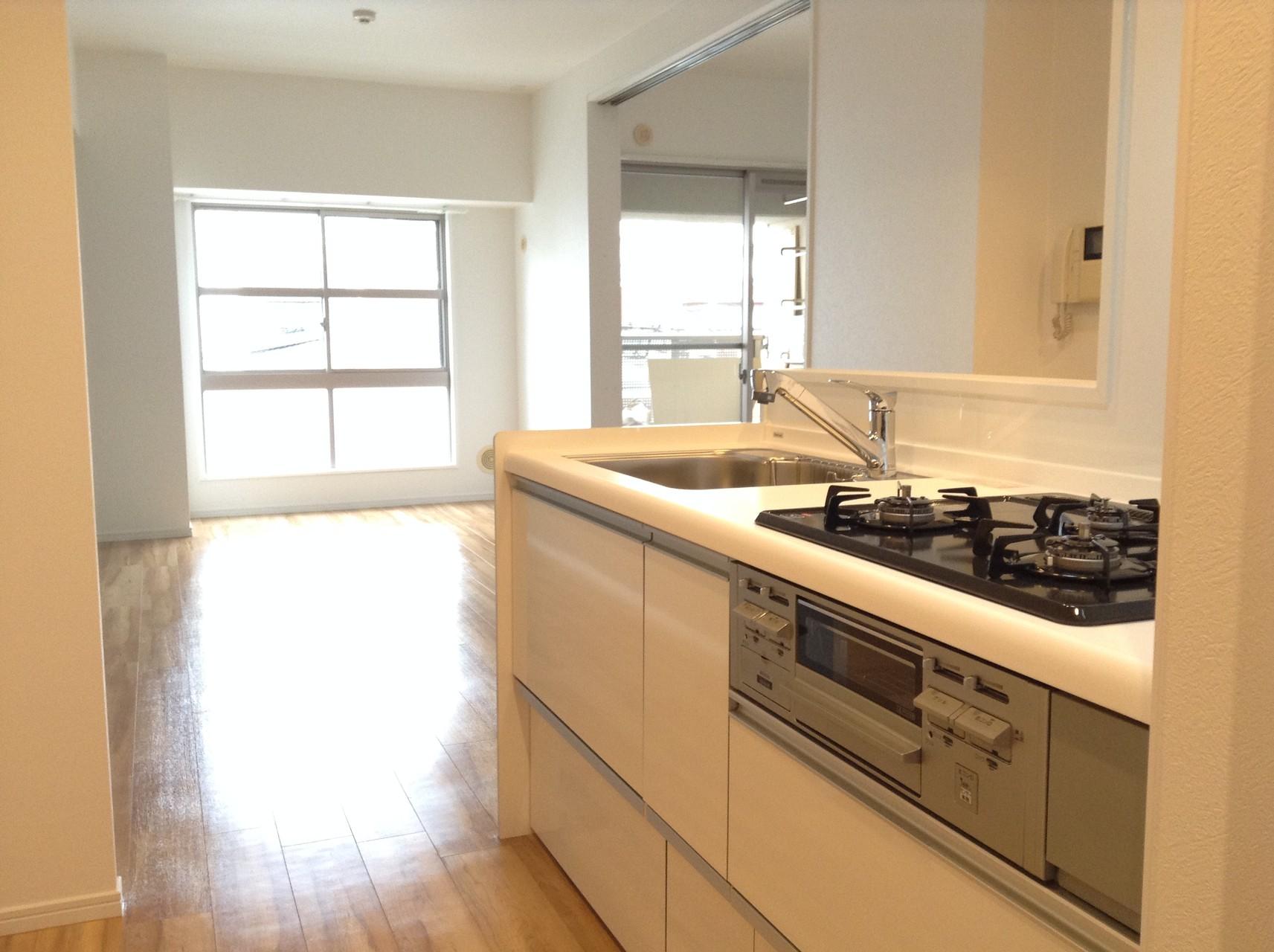 白くて清潔感のある引出式キッチン