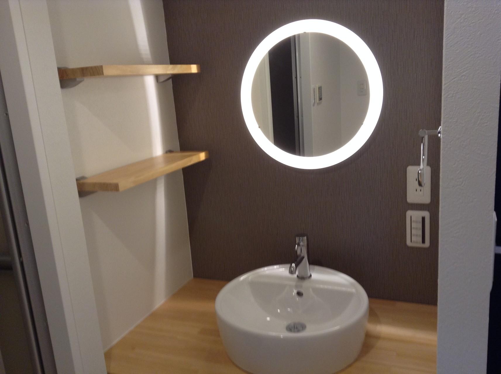 コロンとした洗面台と照明付きミラーがカワイイ