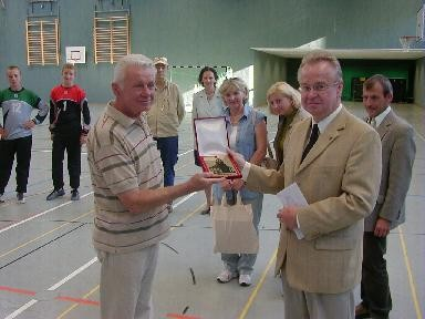 2006 in Osterburg unser Bürgermeister Herr Raden und Wieluns Delegationsleiter Henryk Bogus (Foto privat)