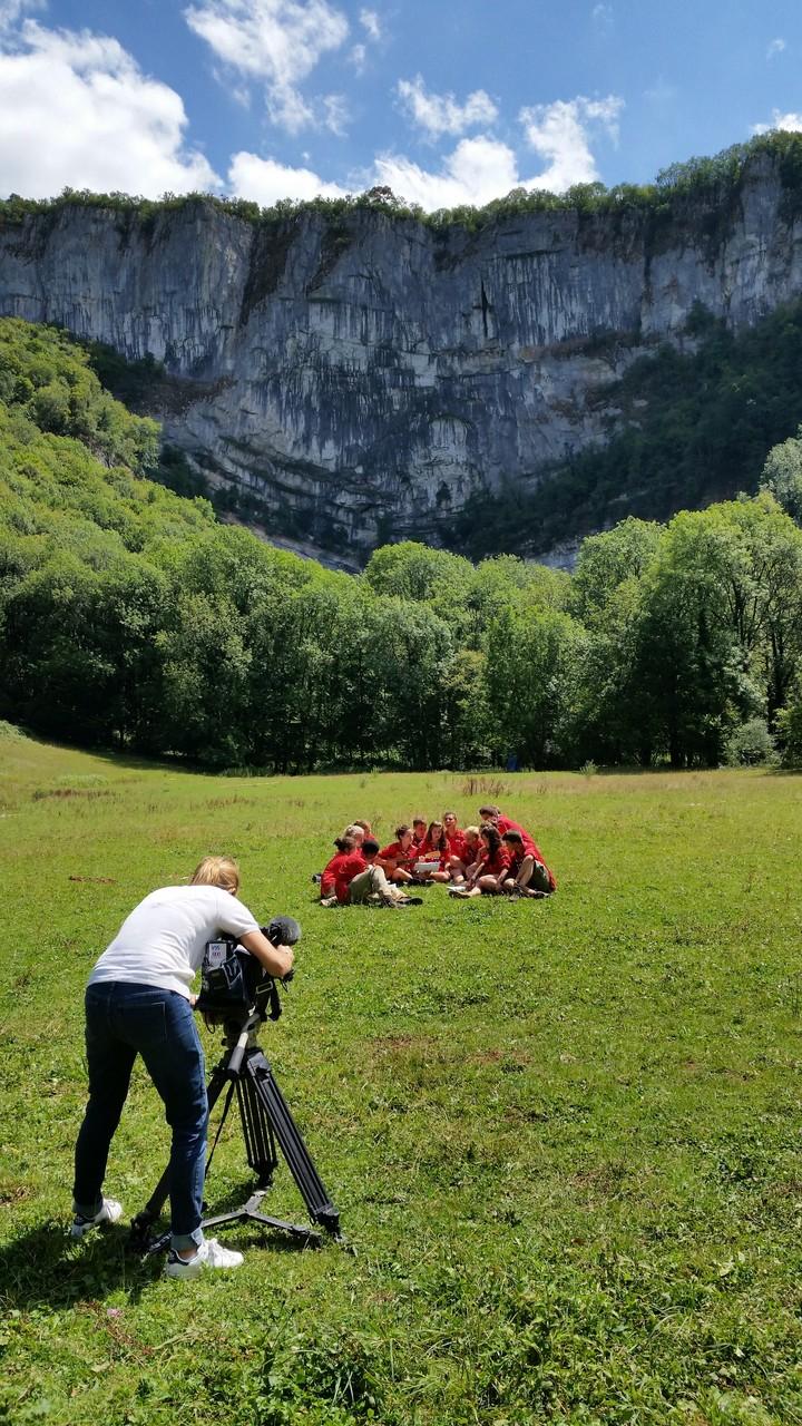 Tournage de TF1 : les scouts offrent un,chant