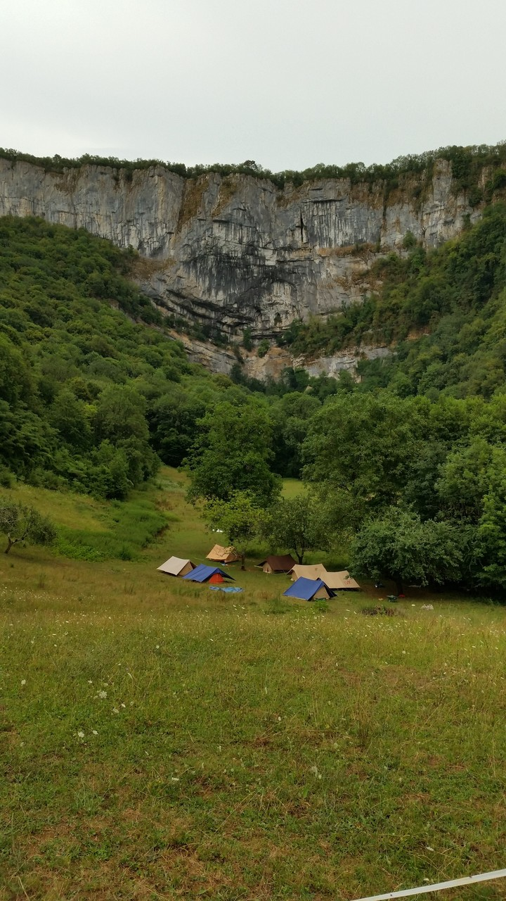Le camp et la falaise