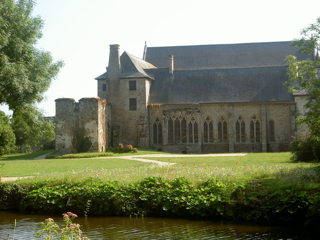 Vue de l'abbaye du chemin de hallage