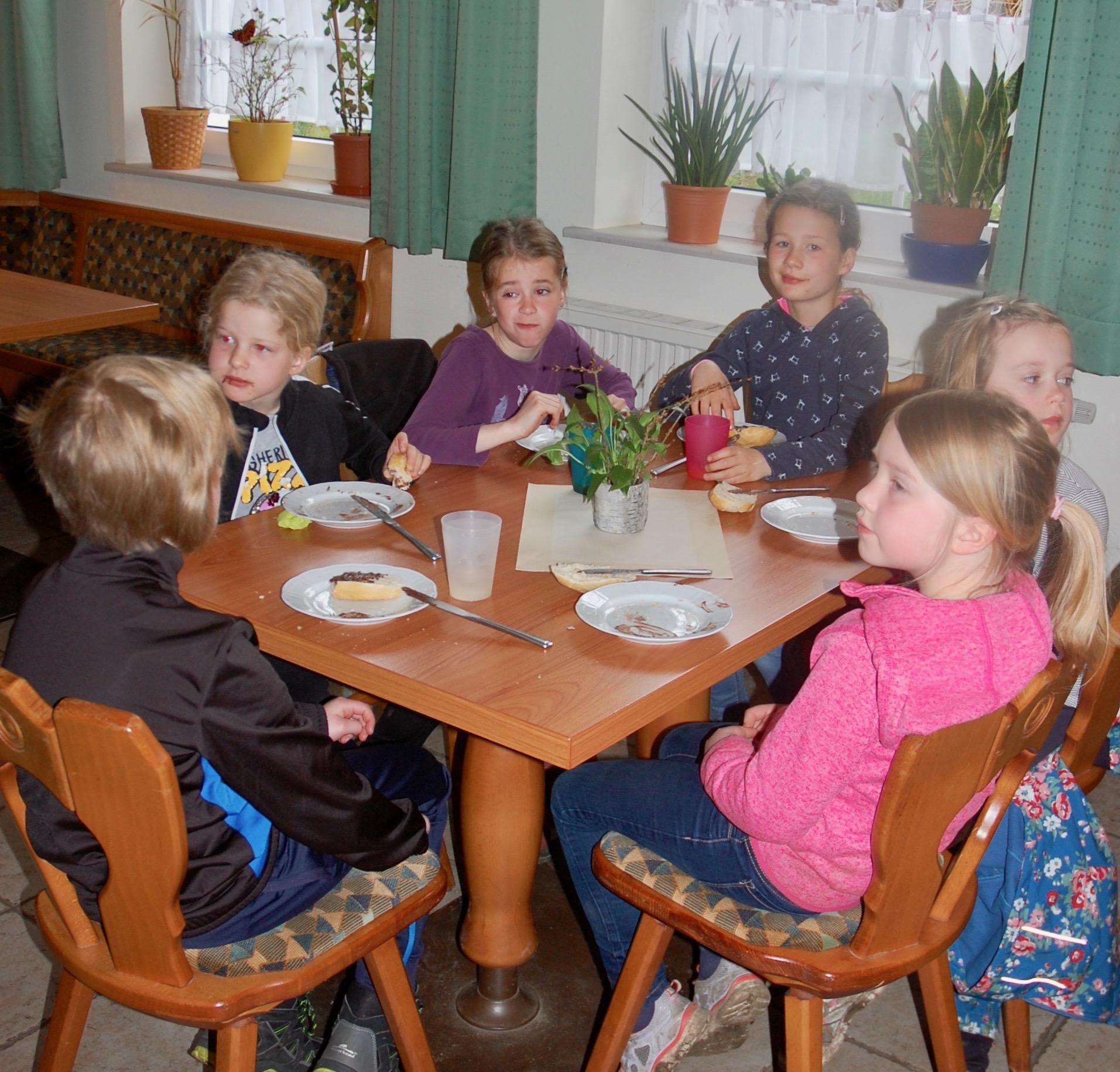 Die Jüngsten vereint an einem Tisch
