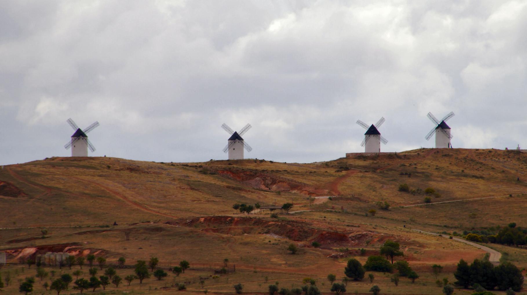 <B>Windmühlen in der Landschaft von La Mancha.</B>