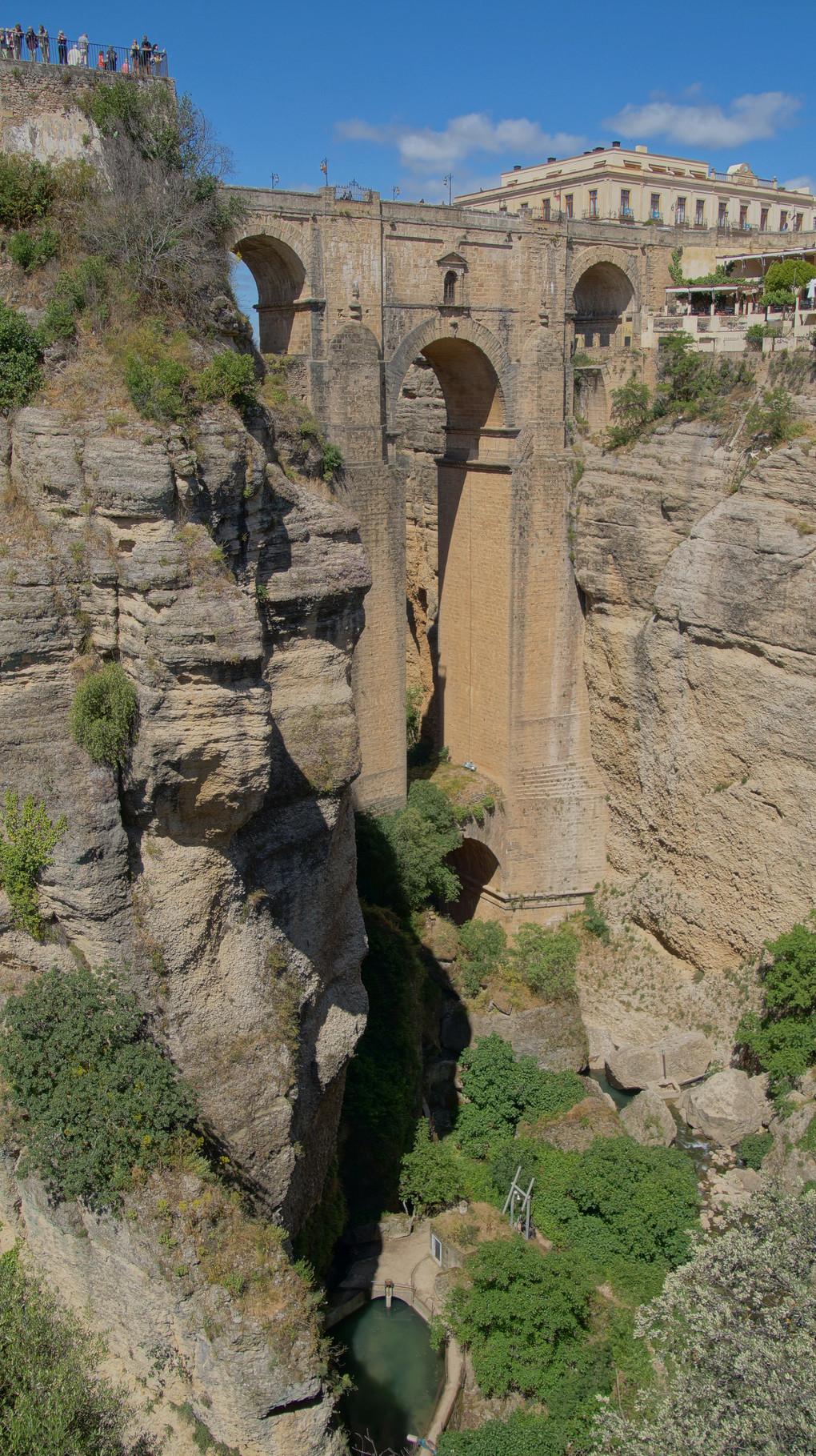 <B>Die in einer bergigen Landschaft Andalusiens liegende Kleinstadt Ronda besitzt mit ihrer Puente Nuevo ihre größte touristische Attraktion. </B>